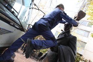 Первая скульптура находится в замкнутом дворе, но уже полюбилась окружающим. Фото: Дмитрий Рухлецкий