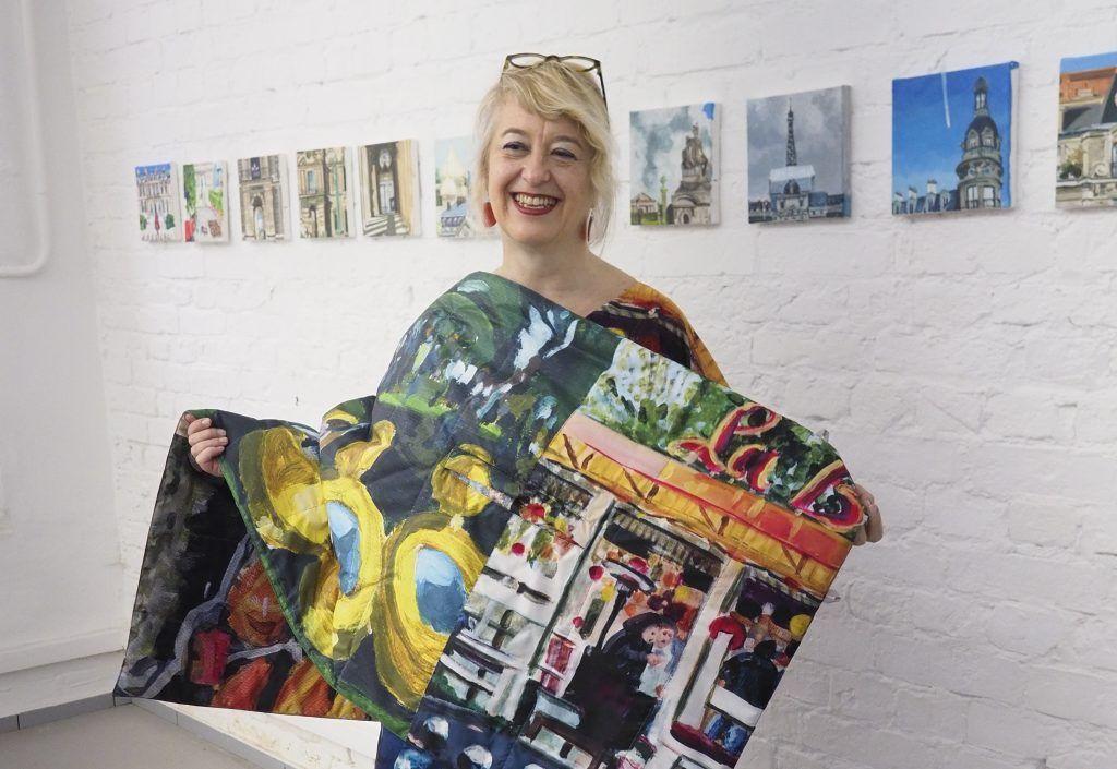 15 мая 2019 года. Дизайнер и художник Мюриэль Руссо-Овчинников показывает яркую одежду и картины, которые она создала в своей мастерской в Замоскворечье. Фото: Антон Гердо