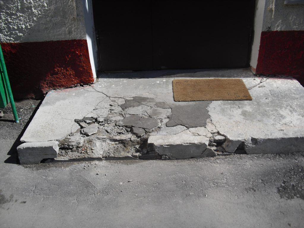 Специалисты отремонтировали ступеньку.