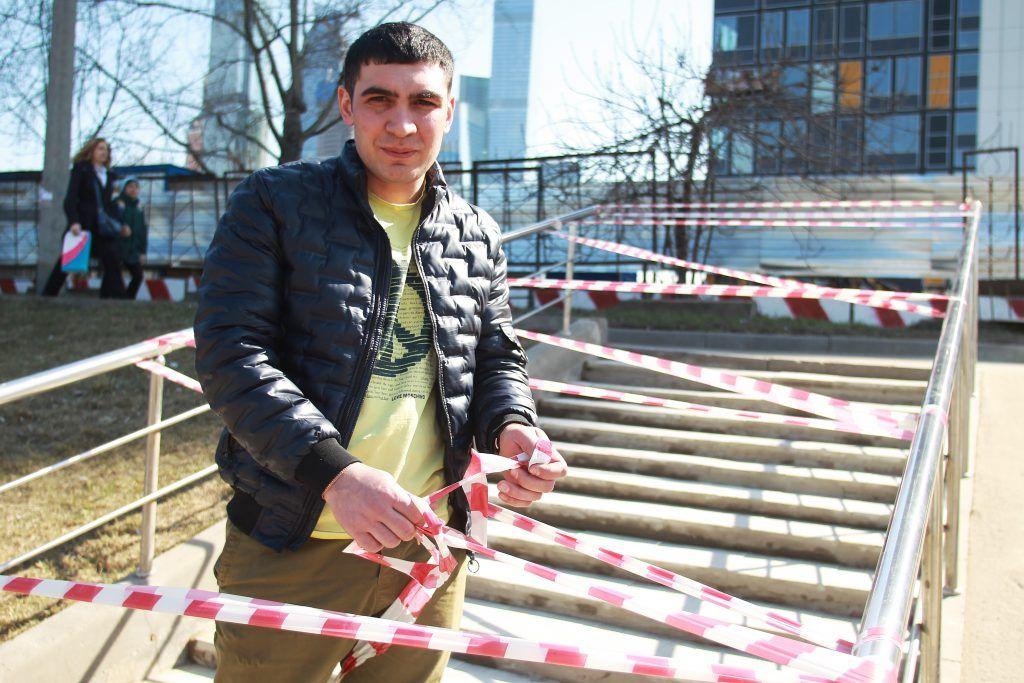 30 апреля 2019 года. Сотрудник «Жилищника» Сабир Абдулаев показывает ход ремонта. Фото: Наталия Нечаева