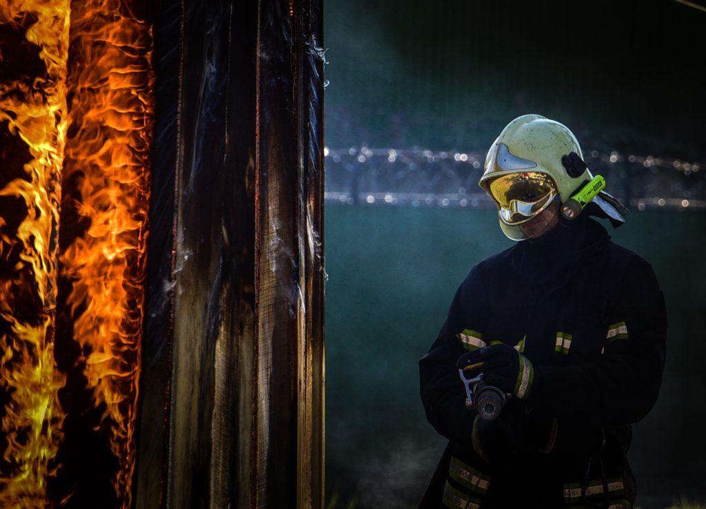 МЧС: 200-метровый пожар перекрыл движение в центре Москвы
