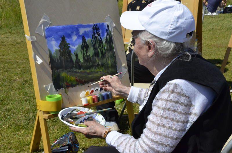 Занятие по живописи организуют в Красносельском районе для жителей старшего поколения. Фото: Анна Быкова