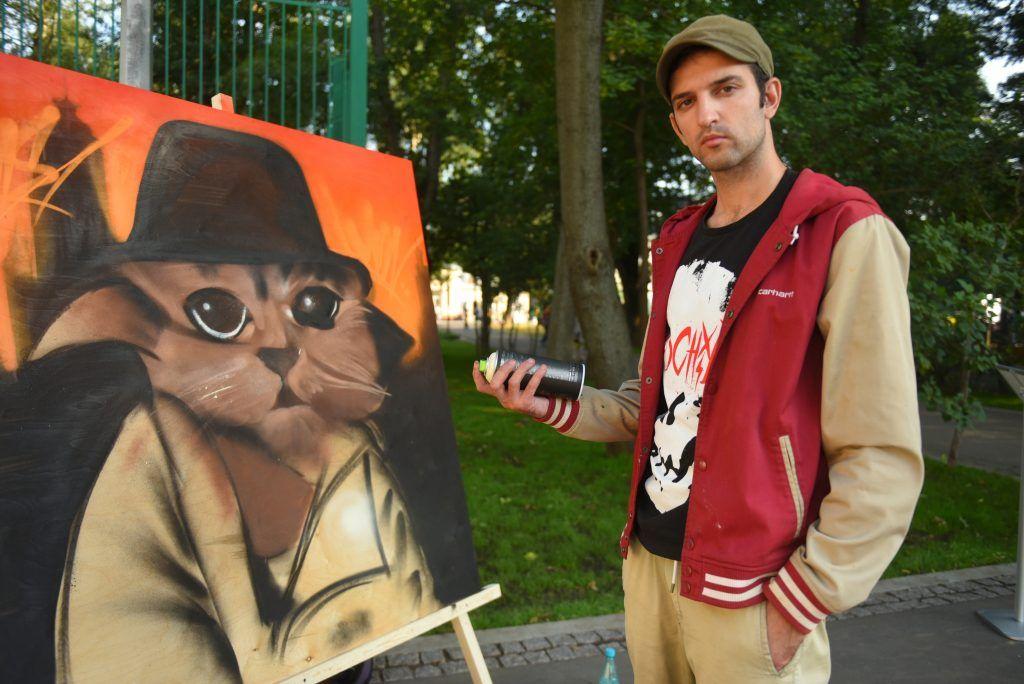 Фотофакт: уличный художник рисует граффити в Новослободском парке