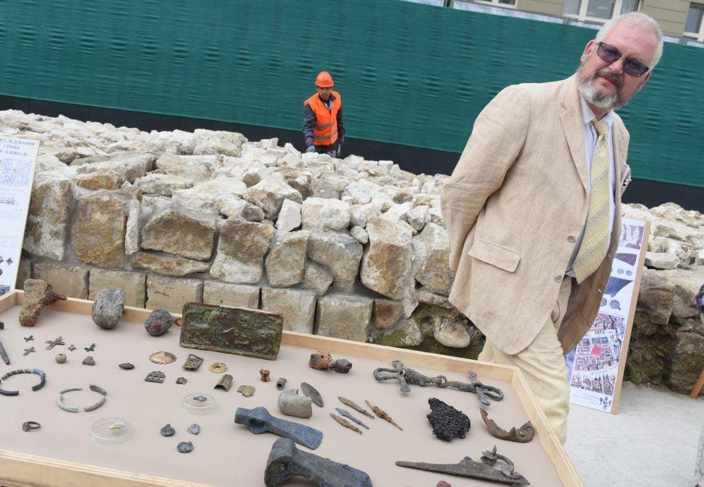Фигурку из бивня мамонта нашли при раскопках усадьбы Нарышкиных в Москве