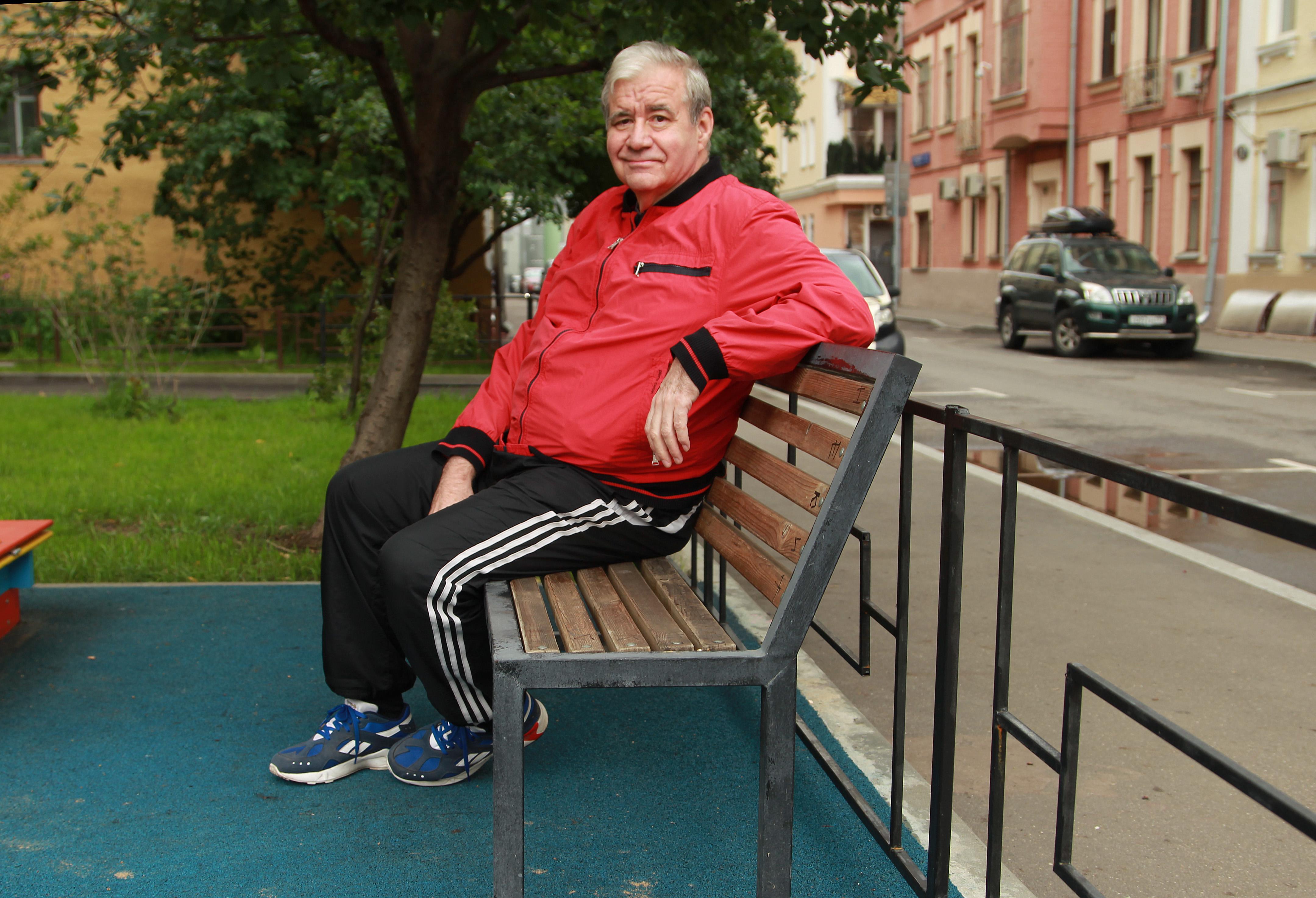 25 июля 2019 года. Житель Мещанского района Отар Логунов рассказал об установке ограждения на детской площадке. Фото: Наталия Нечаева