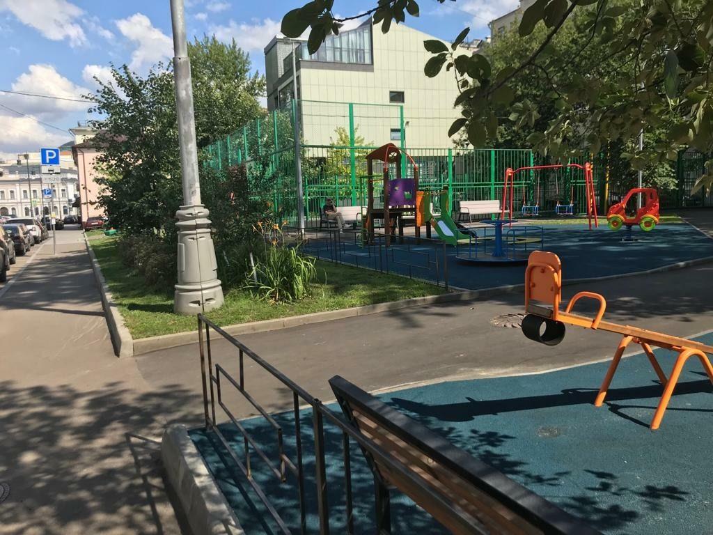 Сейчас территория детского городка отгорожена от проезжей части. За площадку не укатятся ни мяч, ни машинки. Фото: Наталия Нечаева