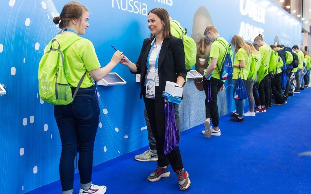 27 августа 2019 года. Участники команд — победительниц мирового чемпионата по стандартам WorldSkills оставили свои автографы на стенде. Фото: сайт мэра Москвы