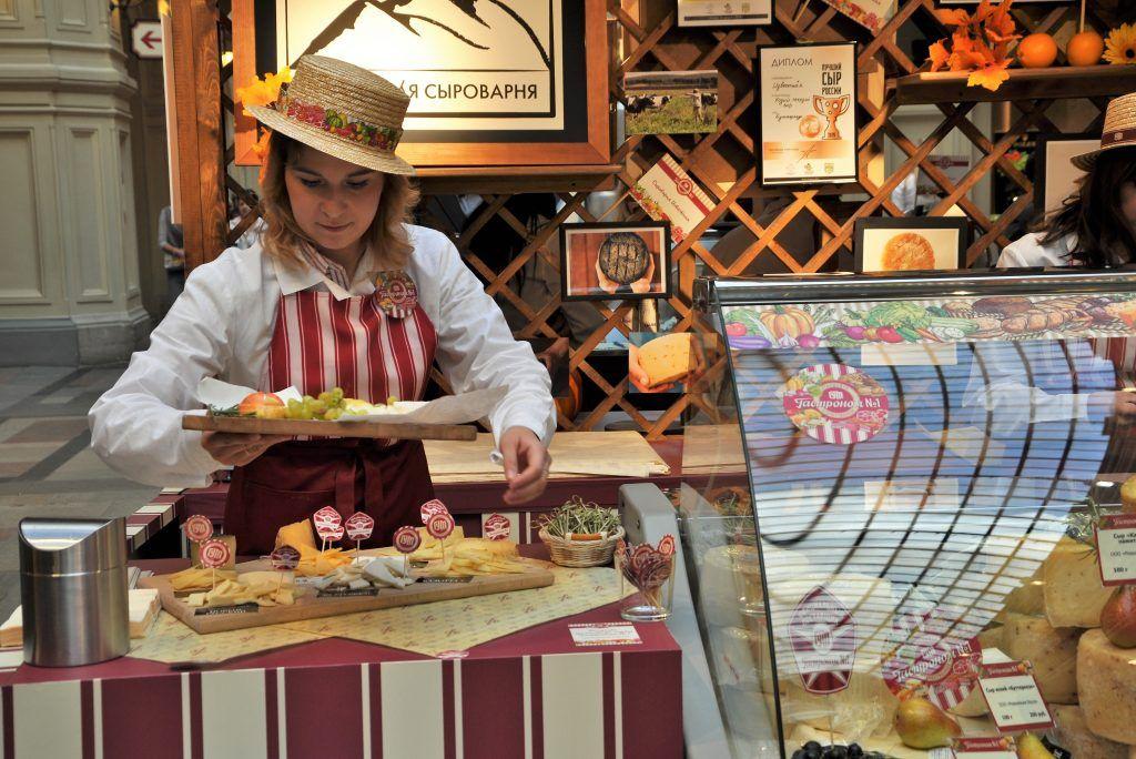 Выставка достижений сельского хозяйства открылась в Главном универсальном магазине