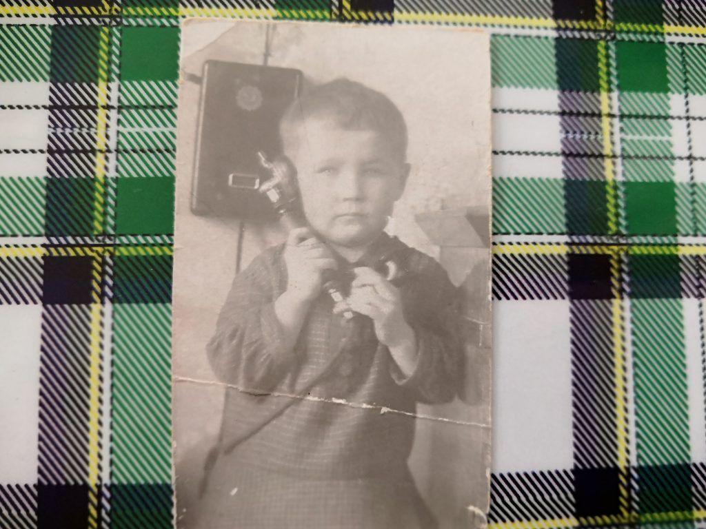 Татьяна Меньшикова дома с телефоном. Фото из личного архива Татьяны Меньшиковой