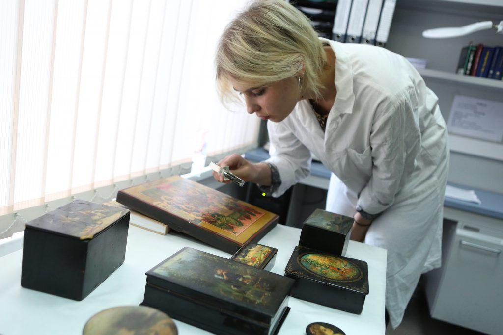 Археологи нашли икону-складень при раскопках в центре Москвы