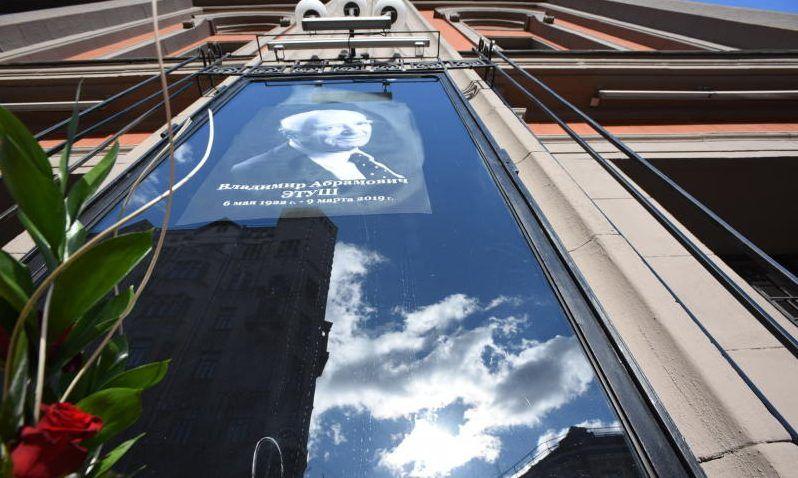 Памятник Владимиру Этушу установили на Новодевичьем кладбище. Фото: Наталия Нечаева, «Вечерняя Москва»