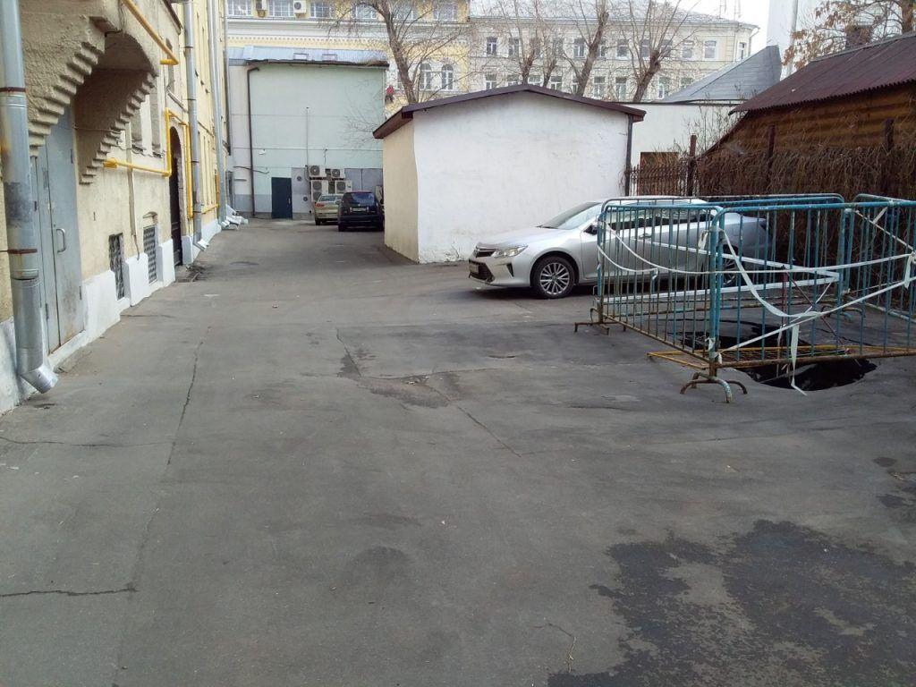 Место дыры в асфальте. Фото: Альфия Камилова, «Вечерняя Москва»