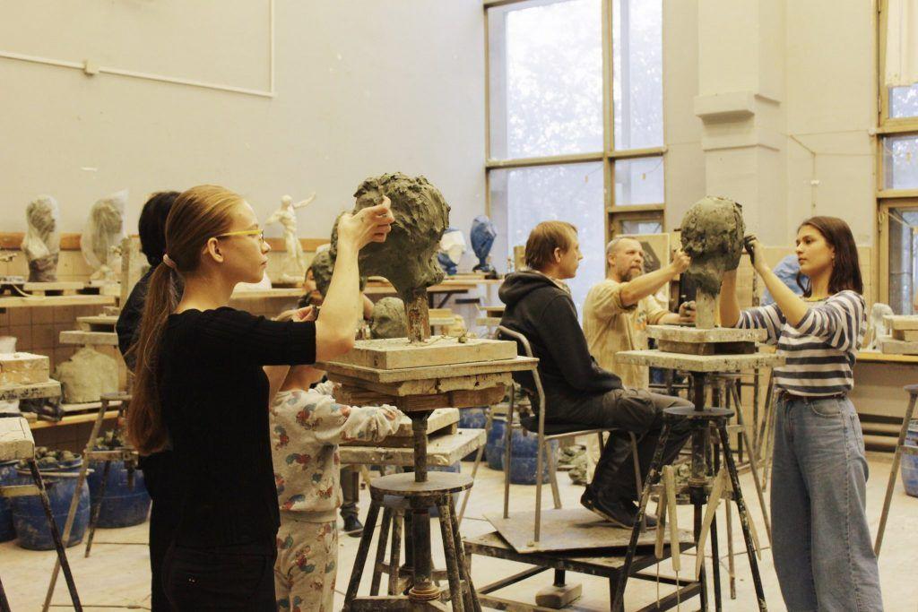 Участники мастер-класса по лепке работают с натуры. Фото: Мария Зайцева