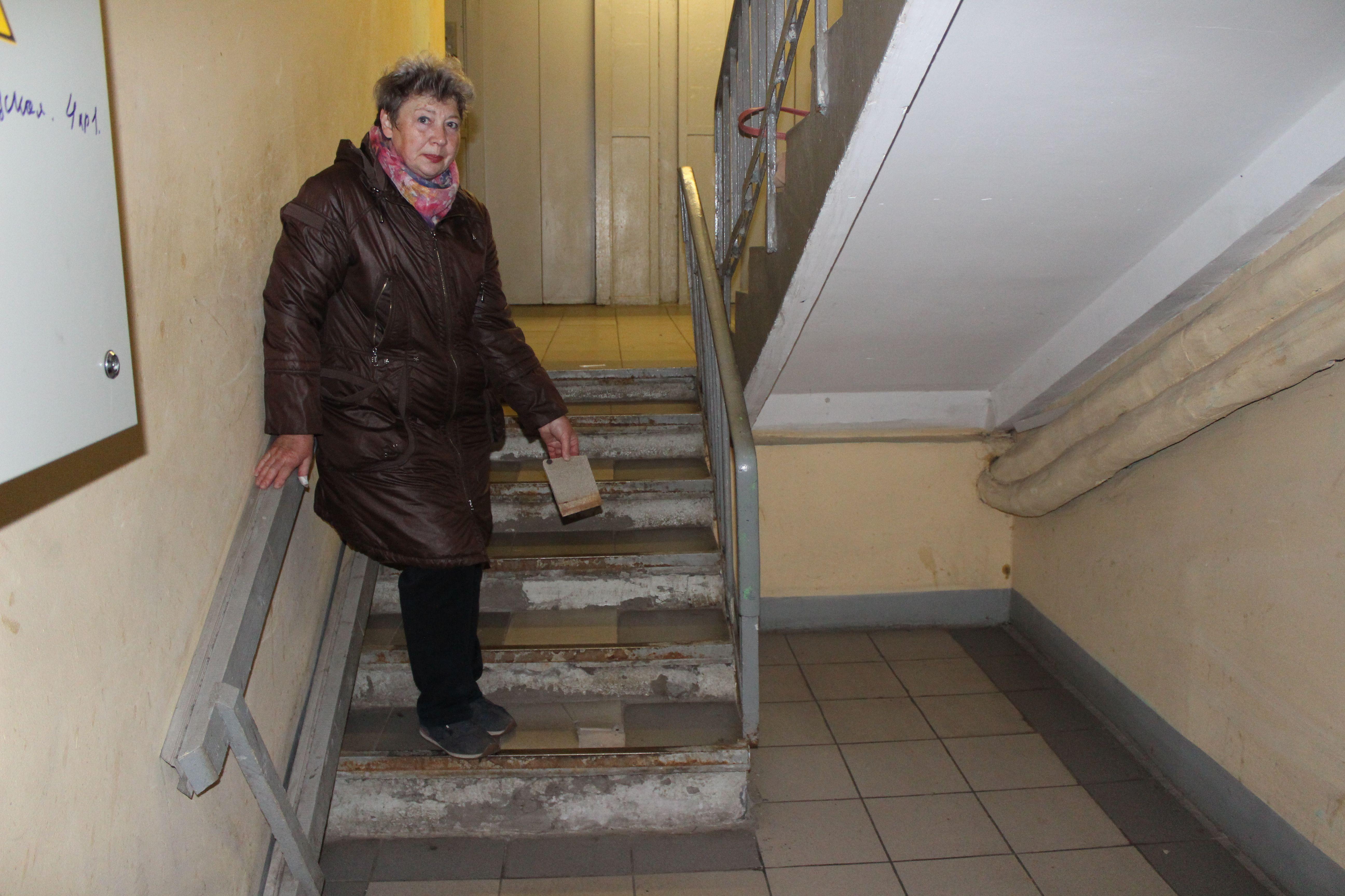 5 октября 2019 года. Вера Рощина показывает отвалившуюся плитку (1). 14 октября 2019 года. Фото: Андрей Объедков