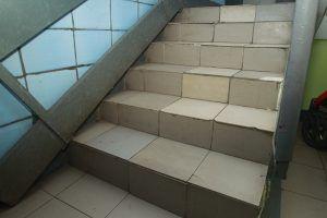 Плитку на лестнице отремонтировали в течение недели. Фото: Андрей Объедков