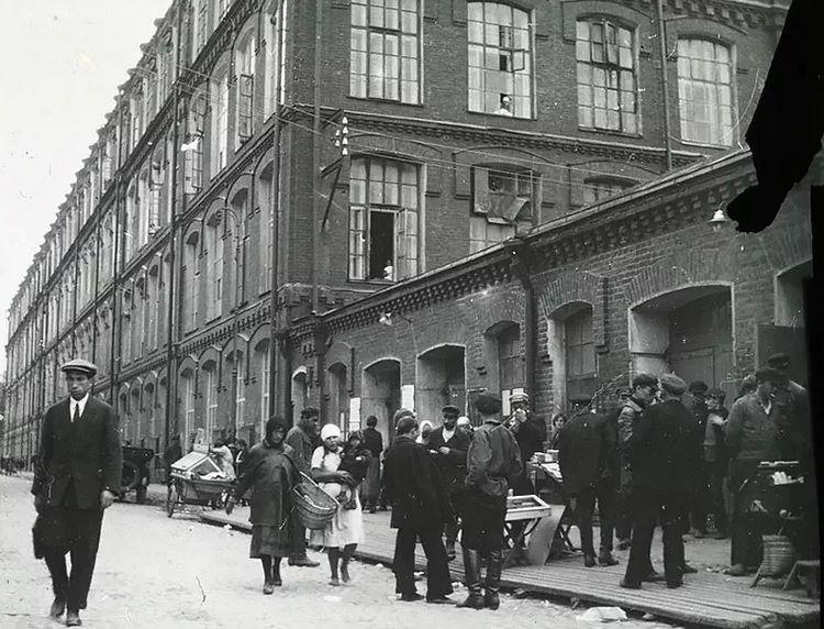 Сотрудники идут на завод начало ХХ века. Фото: пресс-служба ТГМ