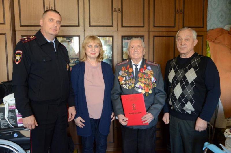 Сотрудники УВД Центрального округа поздравили ветерана Великой Отечественной войны с юбилеем