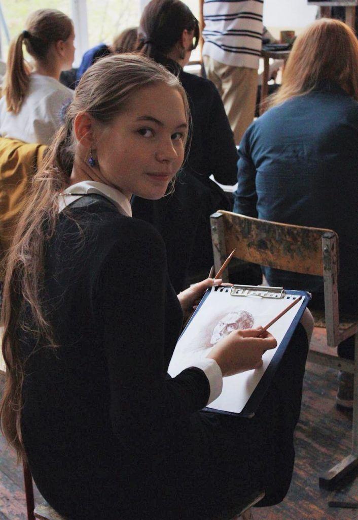 Лаптева Полина рисует с натуры. Фото: Мария Зайцева