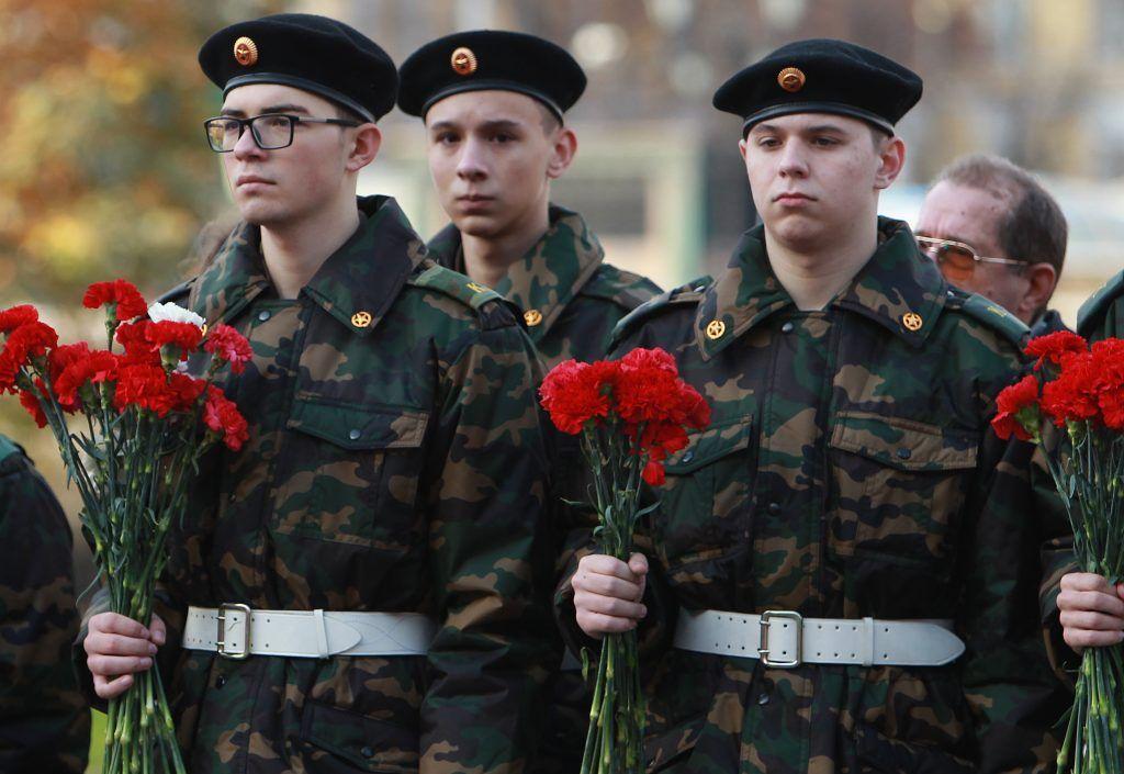 Участники акции почтили память погибших героев войны у Вечного огня и возложили цветы к Могиле неизвестного солдата. Фото: Наталия Нечаева, «Вечерняя Москва»