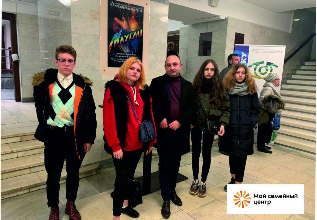 Подростки из ГБУ СРЦ «Возрождение» посеили спектакль «Доходное место»