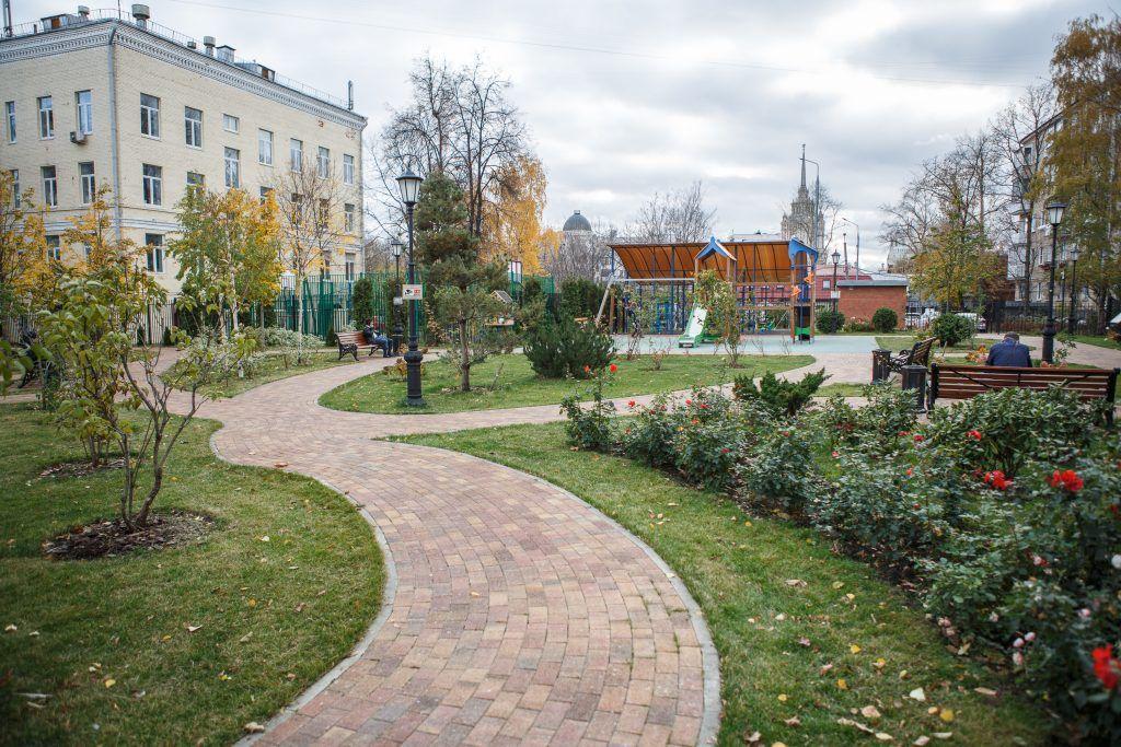 Уютный сквер в Большом Предтеченском переулке. Фото: Михаил Подобед