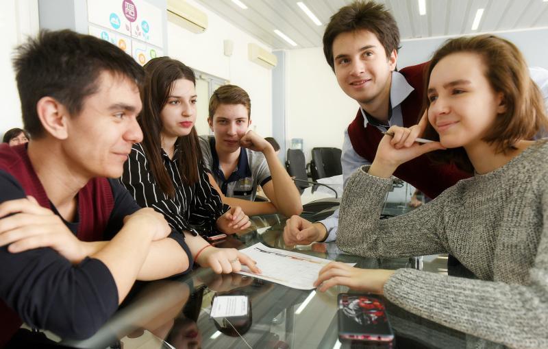 Блогеры провели уроки в столичных школах в преддверии Дня учителя