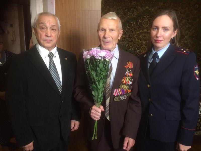 Сотрудники УВД по ЦАО поздравили ветерана Великой Отечественной войны