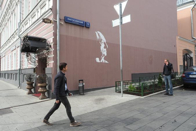 Граффити с изображением Марка Захарова нанесли в Тверском районе