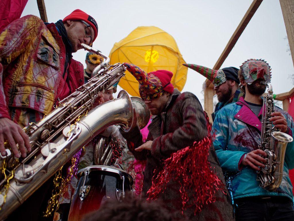Фотофакт: тропический карнавал в Саду имени Баумана