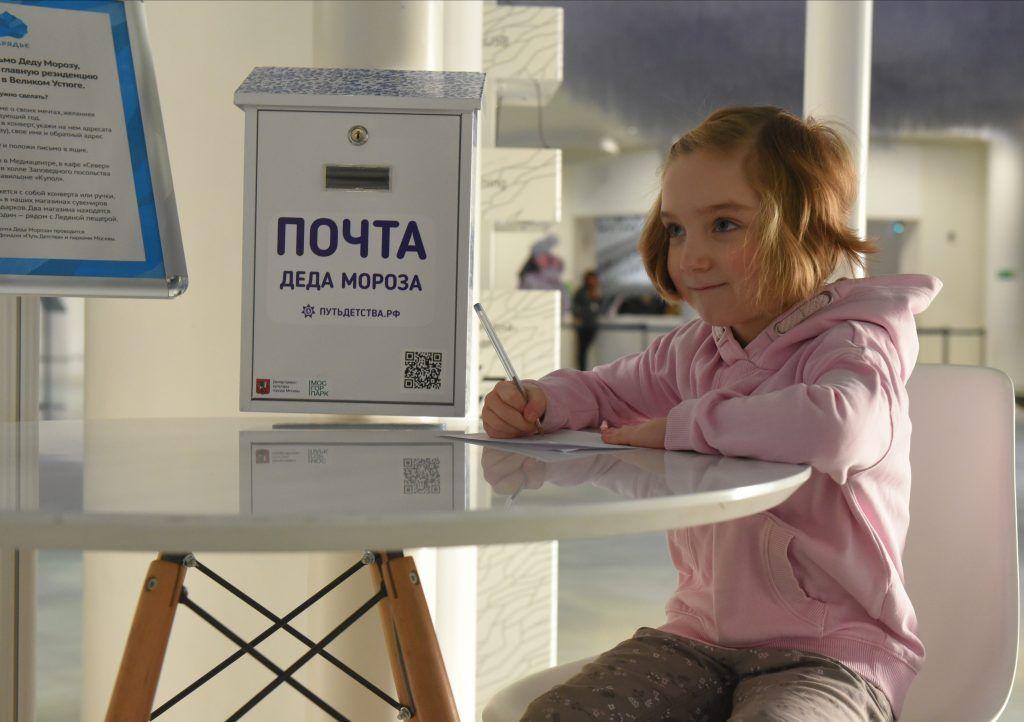 Фотофакт: шестилетняя Ярослава Воробьева пишет письмо Деду Морозу