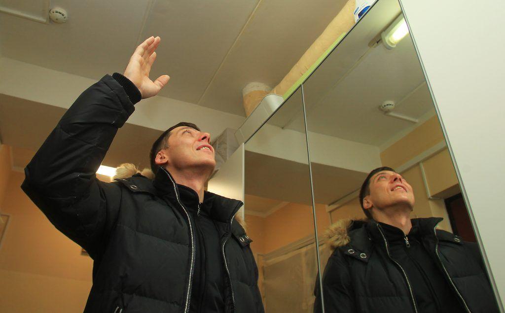 22 ноября 2019 года. Алексей Гудков (1) показывает подтеки на потолке. Фото: Натиалия Нечаева, «Вечерняя Москва»