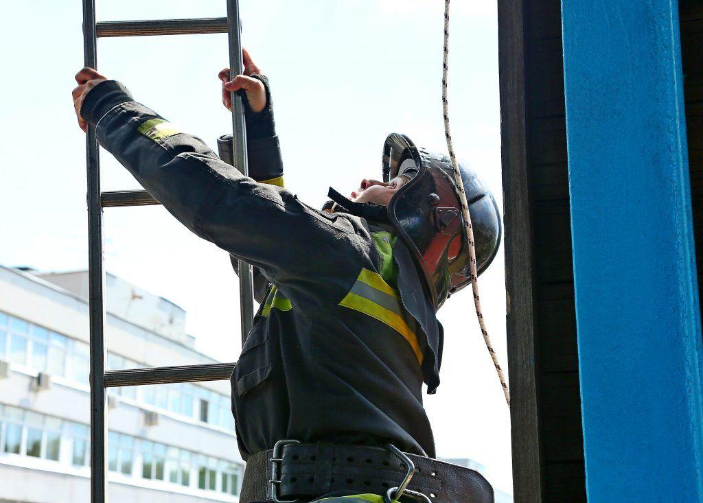 Пожарные потушили хостел и перекрыли движение в центре Москвы