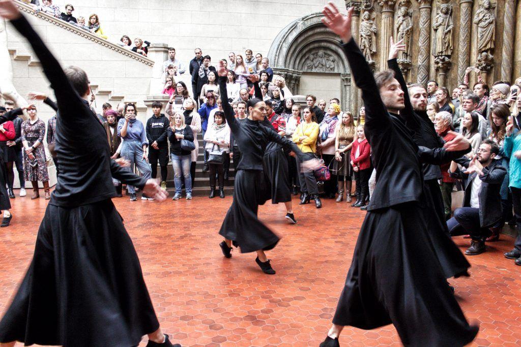 Актеры московского театра продемонстрировали «Танцевальный ритуал» в Итальянском дворике Пушкинского музея. Фото: Алена Наумова