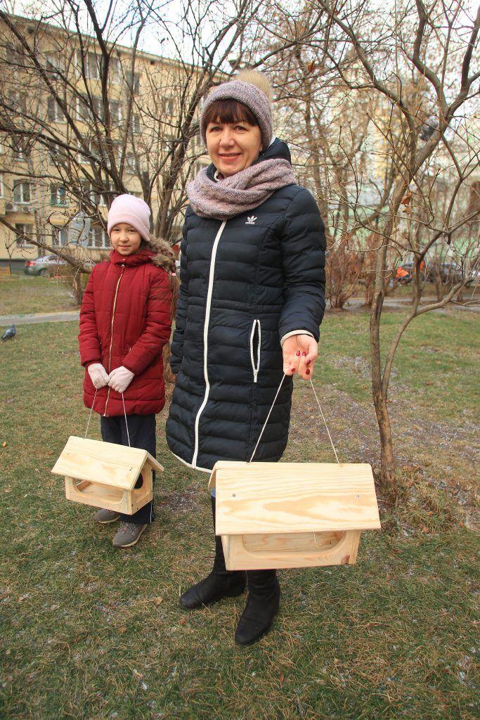 Инициативная жительница Светлана Прокопенкова и ее дочка Вера (слева) привезли елочки с дачи, а сейчас будут вместе с соседями вешать скворечники. Фото: Наталия Нечаева, «Вечерняя Москва»