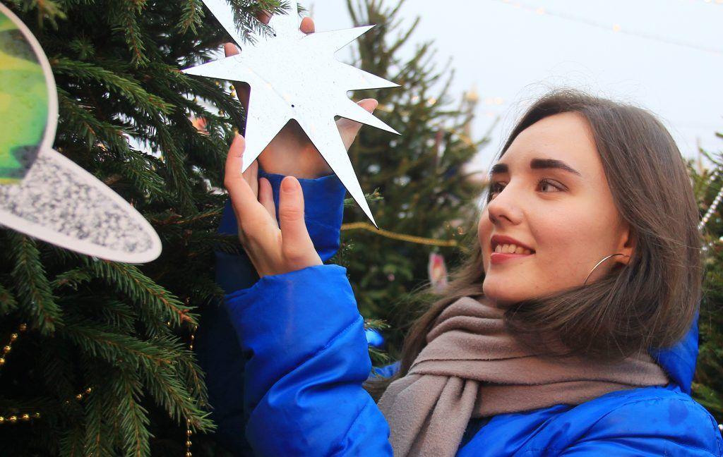 Звездочки на елке празднично блестят