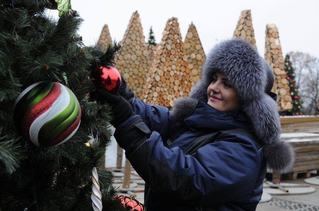 Столичные дизайнеры украсили новогодние елки Москвы