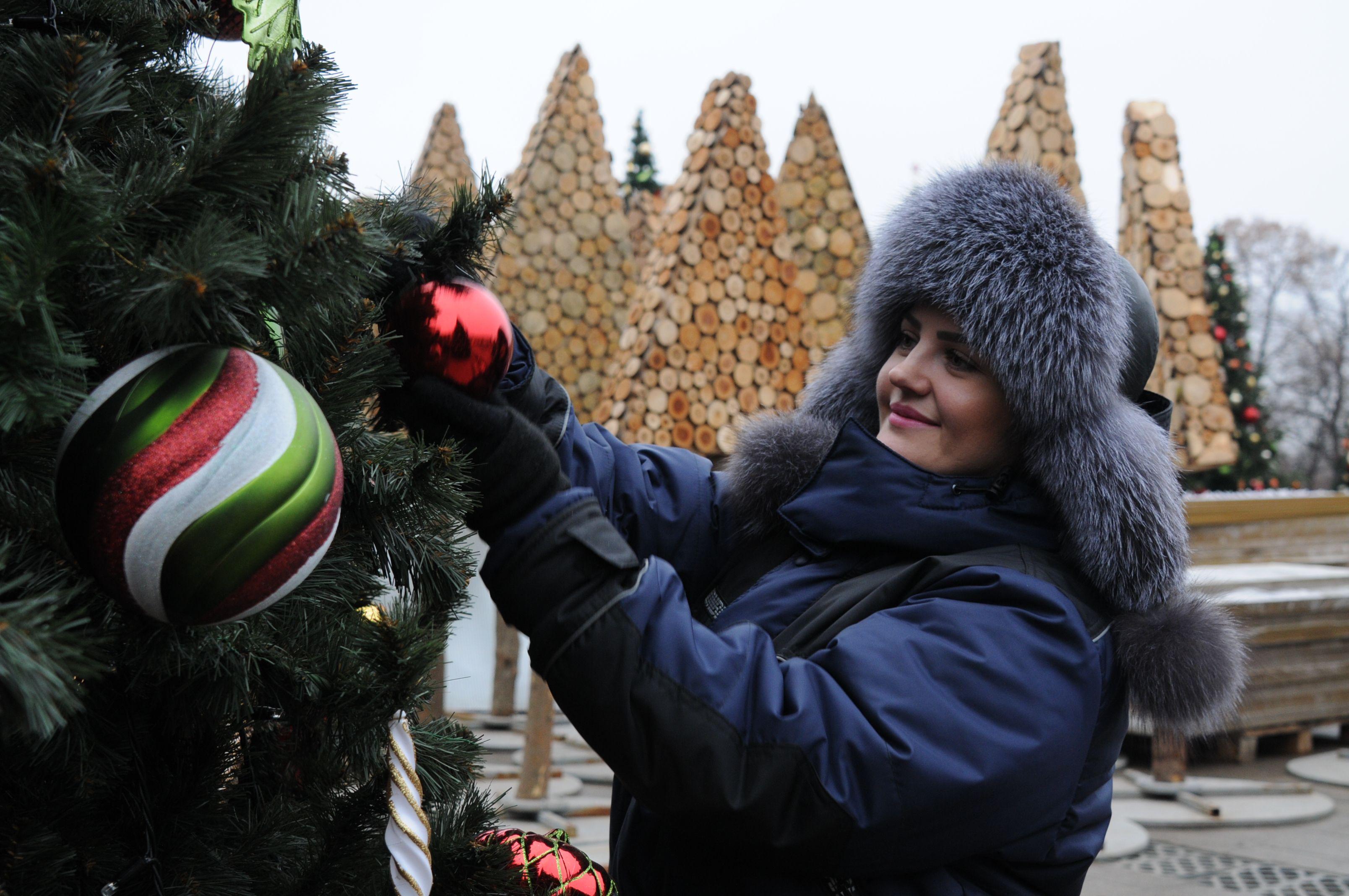 Столичные дизайнеры украсили новогодние елки Москвы.Фото: архив, «Вечерняя Москва»