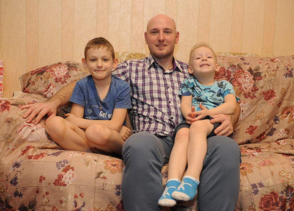Алексей Юнин вместе с сыновьями — Петей (слева) и Женей. Фото: Игорь Генералов