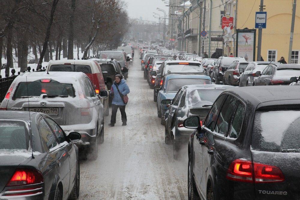 Водителям Москвы посоветовали метро из-за «радостей» зимней жизни