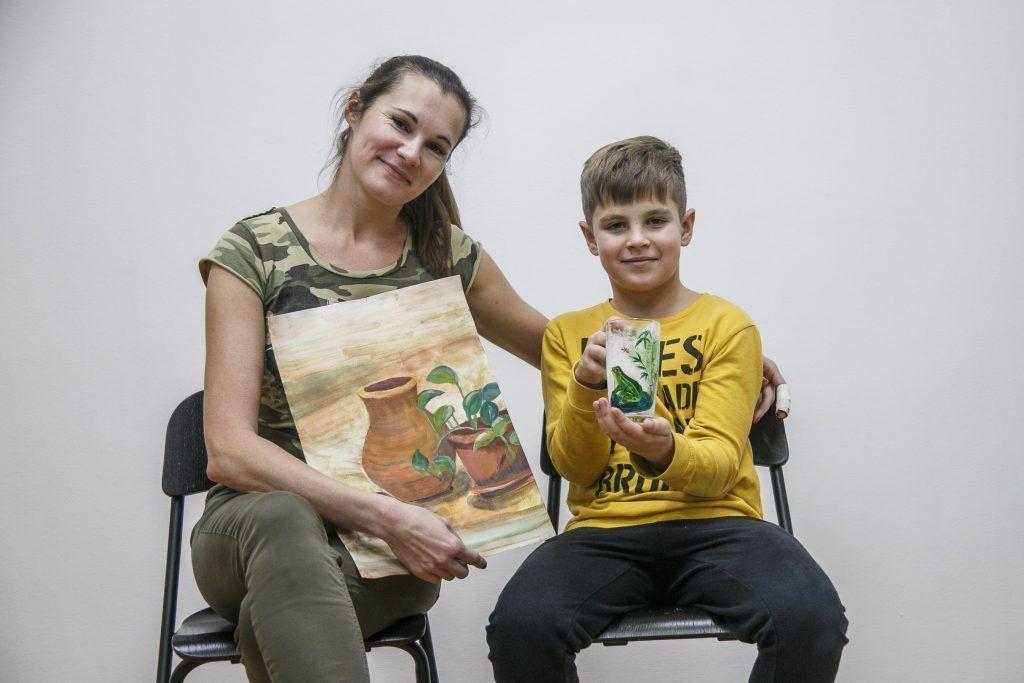 Дети вместе с родителями создают поделки из природных материалов