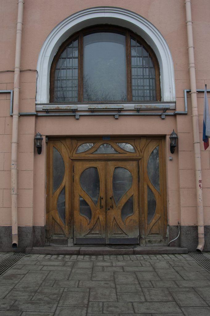 Вход в дом №8, строение 1, на Тверском бульваре. Фото: Дмитрий Благодырь