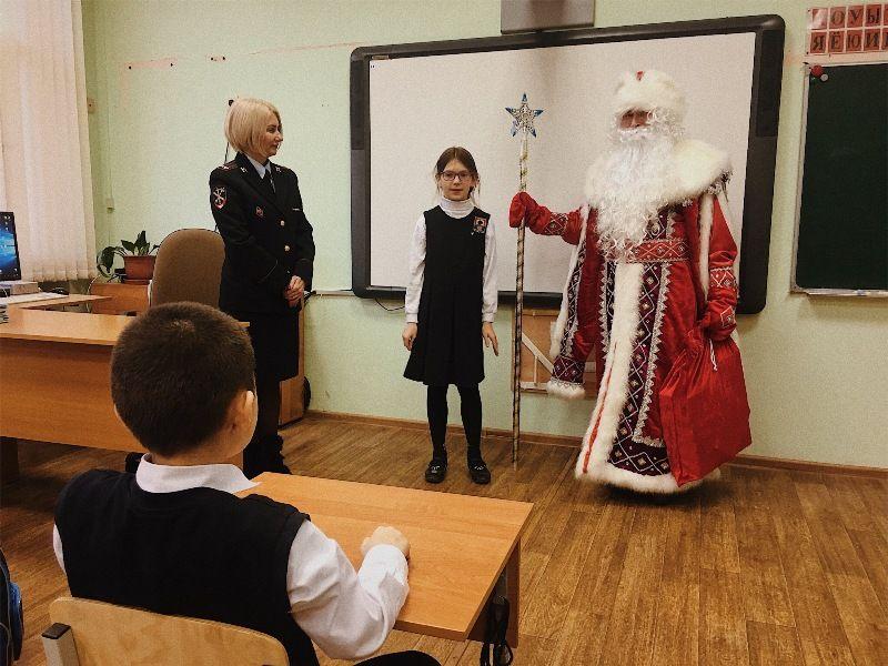В рамках Всероссийской акции «Полицейский Дед Мороз» сотрудники УВД по ЦАО поздравили школьников с наступающим Новым годом