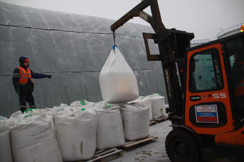 Контейнеры для противогололедных материалов установили в Мещанском районе