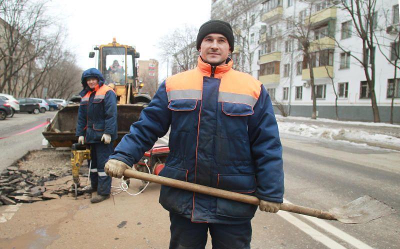 Ямочный ремонт дороги провели на Лужниковской улице