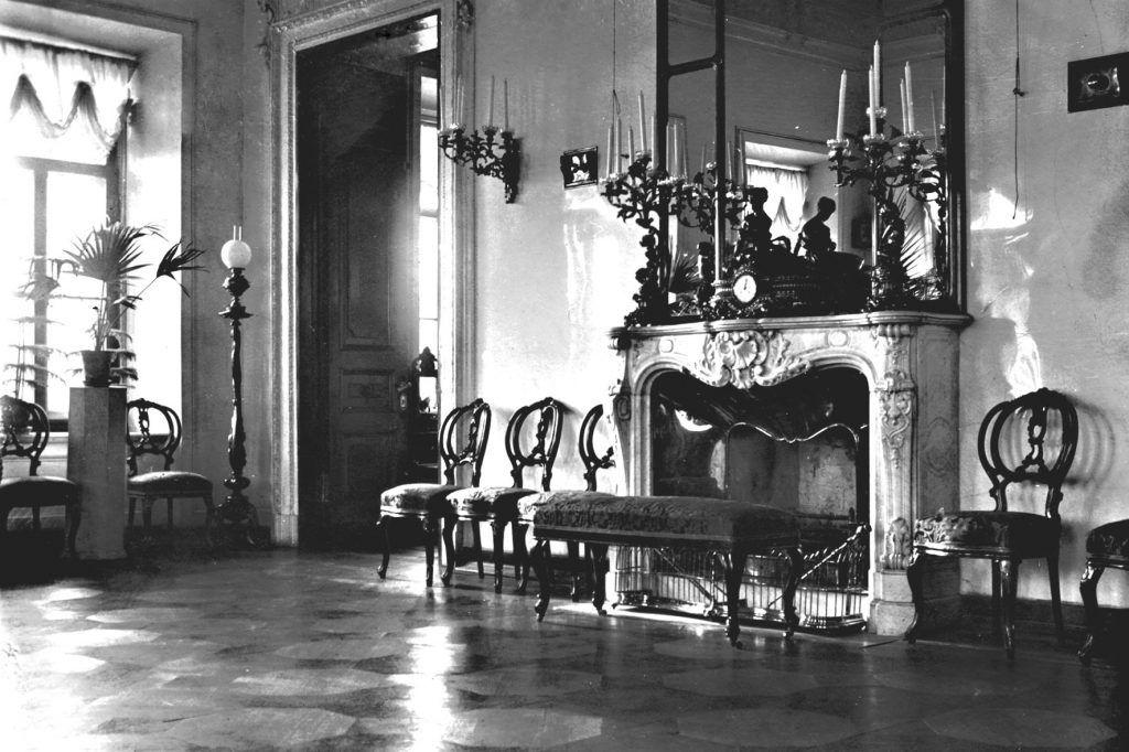 Один из залов дома нынешней библиотеки, 1910 год. Мебель того времени не сохранилась до наших дней. Фото предоставлено сотрудниками библиотеки
