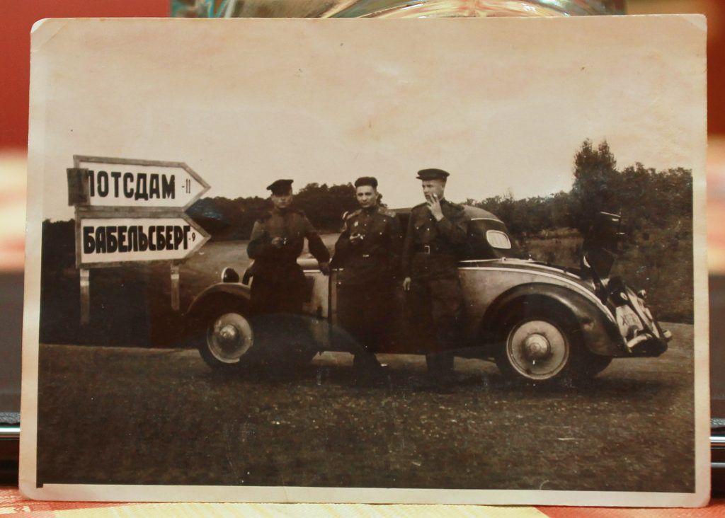 1945 год. Капитан Народного комиссариата внутренних дел СССР Евсей Доброневский (в центре) вместе со своим водителем и ординарцем в Германии. Фото: личный архив