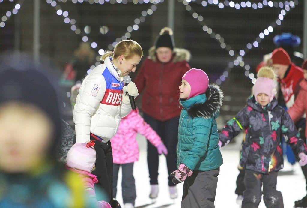 Фотофакт: олимпийская чемпионка провела занятие по фигурному катанию для москвичей