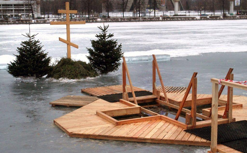 Крещенские купания в саду имени Николая Баумана посетили 650 жителей столицы