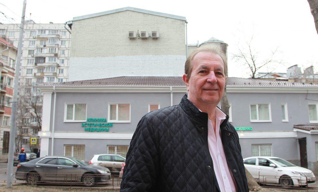 22 января 2020 года. Александр Каракуц показывает стену дома № 5, строение 1, в Большом Сухаревском переулке, где были граффити. Фото: Наталия Нечаева