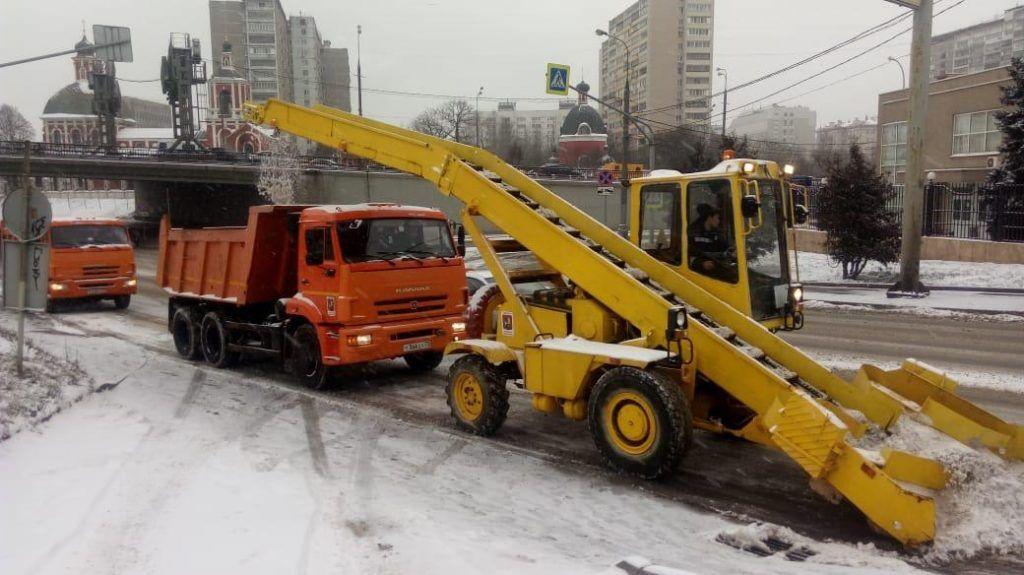 Свыше десяти тысяч коммунальщиков убирают снег с улиц Центрального округа